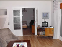 Wohnzimmer mit Blick in das Schlafzimmer