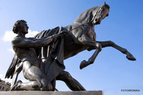 Юноша, берущий коня под уздцы