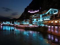 Wechselnde Farben faszinieren im nächtlichen Amasya