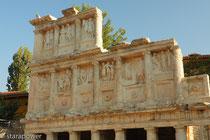 Dreistöckige Fassade des Sebasteions