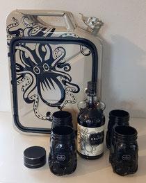 Kraken Kanisterbar mit Innenbeleuchtung und Bluetooth-Box, befüllt mit dem Kraken-Rum und vier Originalgläsern