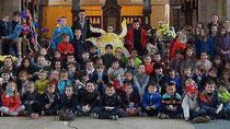 Les enfants devant l'autel de l'église Saint-Pierre