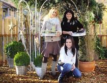 Im neu geschaffenen Bluamahüsli-Garten: Floristin Linda Bon (links) und San- dra Riederer vom Hair Shop Kick-Down mit Lehrtochter Sandra erwarten für Sonntag viele Besucher.