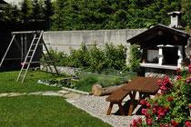 großzügiger Garten mit Spielbereich und Grillecke