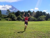 富士山をバックにゴールする柳下