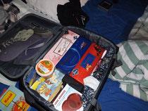 Mein Koffer, was nur voller Geschenke und Schokolade. Großartig. :D