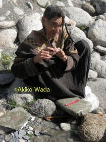 成人女性は沐浴、髪結いなどの行為は村内では許されず、川下で行わねばならない。
