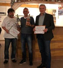 Mit Willi Wetterauer (links) und Hermann Rüger (rechts) hat der SC Fortuna Oberschefflenz zwei neue Ehrenmitglieder.