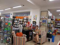 Elena nella sua libreria