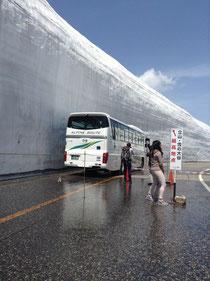 富山県・室堂の雪の大谷