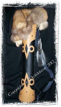 Rückenköcher aus Leder und mit einem Schultergurt, von der Besitzerin leicht individualisiert