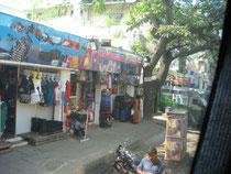 インドの村、通学途中の町
