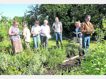 Die Juri bewertet den Schulgarten des Gartenbauvereins am Stephansbrünnlbach in Taufkirchen. Foto: Lang