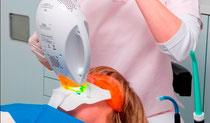 in einer Stunde zu strahlend weissen Zähnen (© Foto: Initiative proDente e.V.)