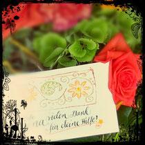 Handschriftliche Dankekarte am Blumenststrauß