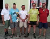 Siegermannschaft Öfner 1 mit Organisator Emil Schild