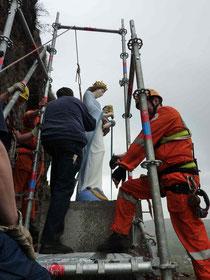 14. Mai, mittags: THW und DRK-Bergrettung haben in einer beispiellosen Aktion die Madonna heil wieder auf ihrem Sockel aufgestellt. Große Erleichterung bei allen Beteiligten. Stahlverankerung: Schlosserei H. Heimes.