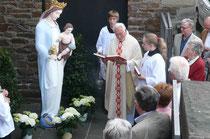 08. Mai: Pastor Michael Jaster nimmt  nach dem Hochamt die Einsegnung vor. Anschließend bleibt die restaurierte Statue bis 14. Mai im unteren Vorhof der Kirche St. Remaclus ausgestellt.