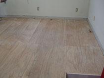 絨毯のはがされた剥き出しの床
