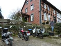 Mopeds abfahrbereit, Berhard kommt auch schon