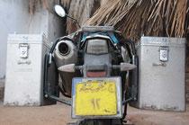 """Ägyptisches Nummernschild """"pappt"""" am Moped."""