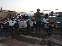 Mopeds endlich auf dem Lastkahn.