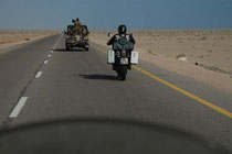 Aden - Al Mukalla, nicht ohne Begleitfahrzeug.