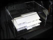 アクリルケースに入れた住宅模型の画像