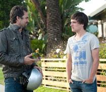 遺伝子上のパパを演じるマーク・ラファロ(左)。思春期の弟レイザー役を演じるジョシュも絶妙。