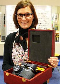 Optik Gloyer Mitarbeiterin Sünje Lohr präsentiert das Steiner Fernglas Commander 7x30 C. Ein Fernglas mit zukunftsweisender Technologie.