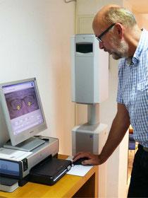 Jens-Henning Gloyer bei der Auswertung der gemessen Daten am Computer.