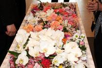 祭壇や棺周りに飾った花を、お顔やお体に添えるように供えていただきます。