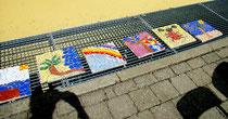 Rückseite einer Fliese mit Mosaik belegt