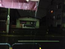 テントに雨がいっぱい
