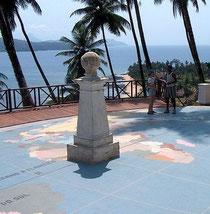 ロラス島にある赤道直下を示すモニュメント