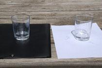 Wasser auf schwarzer und weißer Unterlage