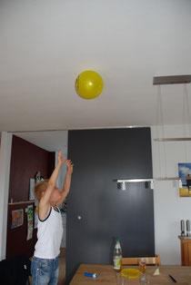 Luftballon klebt an der Decke