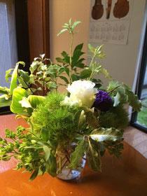 ↑今月3日の演奏会で生徒さんにいただいたお花。水切りして短くなりましたが、まだ元気なお花を、寄せ集めてブーケに。いい感じ♡