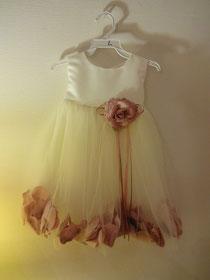 兄の結婚式用、姪の衣装。