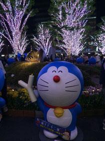 博多駅前にドラえもんがいっぱい。