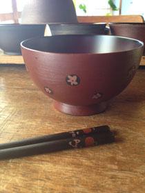 今年10歳の娘に作った椀。娘がドットに花を入れました。