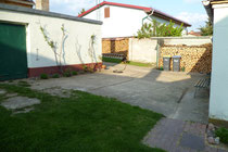 Blick in den kleinen Hof mit Zugang zur Sommer-/Waschküche