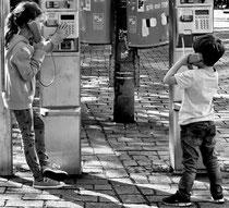 Andreas Maria Schäfer,fotograph1956,Fotografiewelten,Street, Berlin, Schwarzweiß,Kinder,Telefonzelle