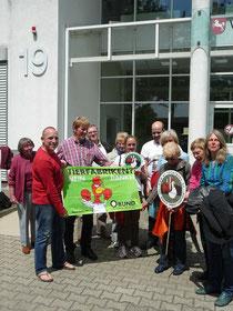 Mitglieder der BI Tuchtberg vor dem Gerichtsgebäude