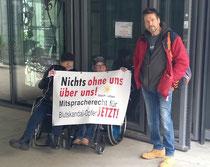 Protestierende Aktivisten vor der KfW in Berlin