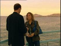 En plein dilemme, Aïcha se décide à acheter un billet de ferry pour l'Algérie. Va-t-elle quitter le Mistral?