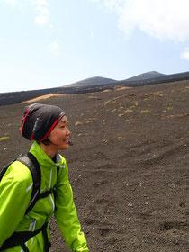 奥に二ツ塚が見える。富士山には子どもたちがたくさん!TRIMTEXのチューブバンダナとアップルグリーンのジャケット