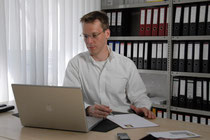 R. Born im Büro