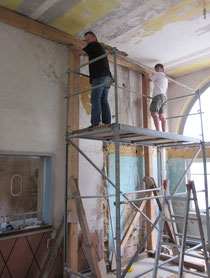 Matthias Schenk und Markus Mannsbarth bei den wichtigen Abstützarbeiten im Bahnhof Hümme (Foto: P. Nissen)