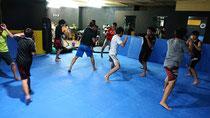 キックボクシングクラスは初級クラスと中級クラスに別れてトレーニングします 初心者の方はまずは初級クラスからをオススメします